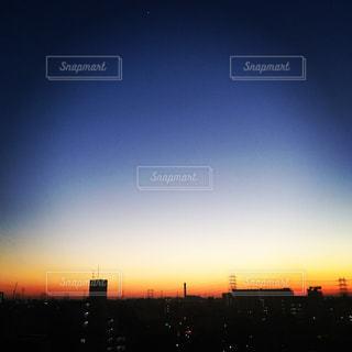 街に沈む夕日の写真・画像素材[750168]
