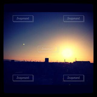 月と夕日の写真・画像素材[750359]
