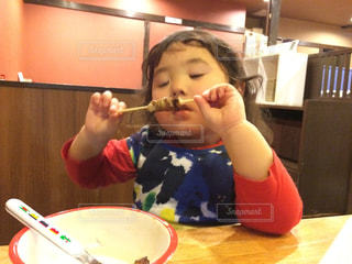 やきとりを食べる女の子の写真・画像素材[750673]