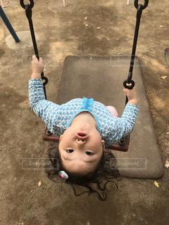 公園でブランコをする女の子 - No.750674