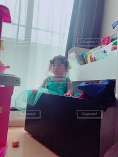 おもちゃ箱の中に入る女の子 - No.750677