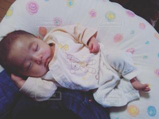 膝上で眠っている赤ちゃんの写真・画像素材[762935]