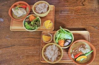 木製のテーブルの上に食べ物のトレイの写真・画像素材[752787]