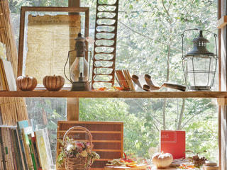 ウィンドウの横にあるテーブルの上の花の花瓶の写真・画像素材[766878]