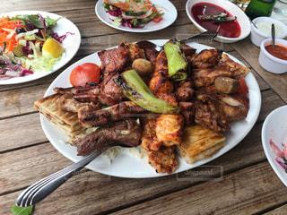 テーブルの上に食べ物のプレートの写真・画像素材[750786]