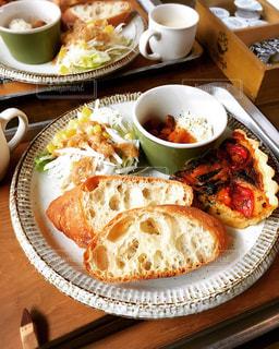 食品やコーヒー テーブルの上のカップのプレートの写真・画像素材[750791]