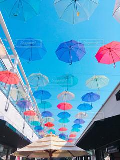 観衆の前でぶら下がっている傘の写真・画像素材[1139707]