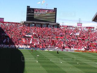 サッカーの試合を見ている人の群衆の写真・画像素材[1358896]