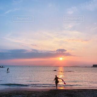 水の体に沈む夕日の写真・画像素材[753138]