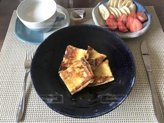 テーブルの上に食べ物のプレートの写真・画像素材[753233]