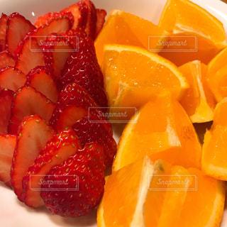 皿の上のオレンジといちごの写真・画像素材[1130705]