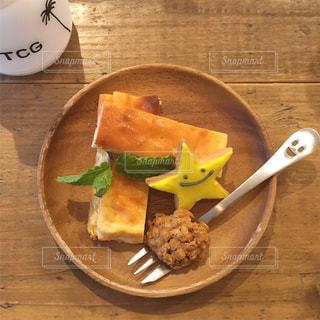 木製のテーブルの上に食べ物のプレートの写真・画像素材[925593]