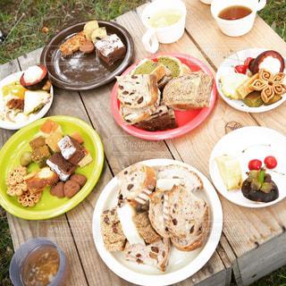 木製のテーブル、板の上に食べ物のプレートをトッピングの写真・画像素材[751605]