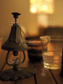 テーブルの上のグラスとランプの写真・画像素材[751738]