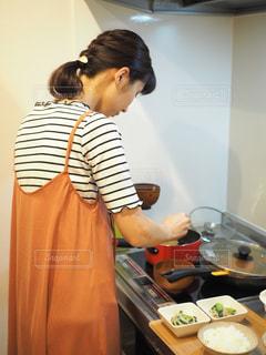 食品を準備する台所に立っている人の写真・画像素材[1489800]