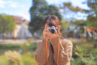 写真を撮っている人の写真・画像素材[1589826]