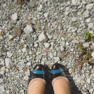 岩の上に座っている少女の写真・画像素材[763956]