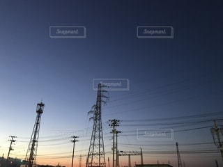 夕焼けと電線の写真・画像素材[787744]