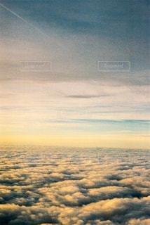 飛行機の窓から撮った風景の写真・画像素材[1049261]