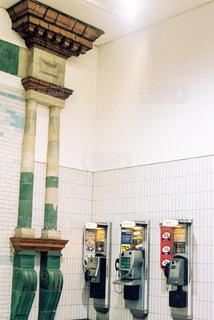ロンドンの地下鉄の公衆電話の写真・画像素材[1049265]