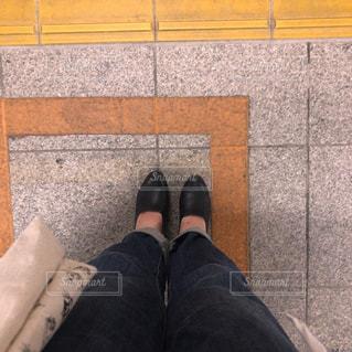 電車を待つ足元の写真・画像素材[1212911]