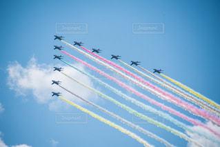 空中を飛んでいる戦闘機のグループの写真・画像素材[3033037]