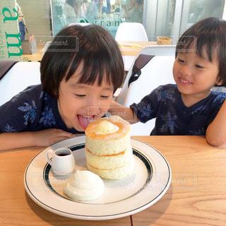 食事のテーブルに座って男の子の写真・画像素材[751820]