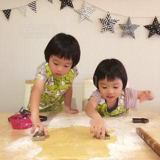 テーブルに座っている小さな子供の写真・画像素材[751828]