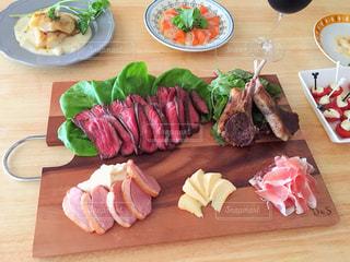木製テーブルの上に座って食品の束の写真・画像素材[763531]