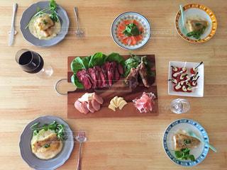 木製のテーブルの上に食べ物の種類のグループの写真・画像素材[763532]