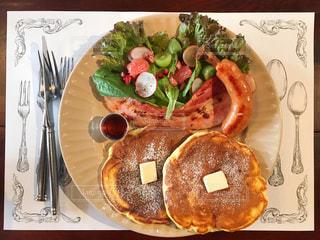 テーブルの上に食べ物のプレートの写真・画像素材[858098]