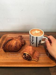 テーブルの上のコーヒー カップの写真・画像素材[858101]
