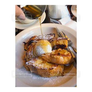テーブルの上に食べ物のプレートの写真・画像素材[858102]