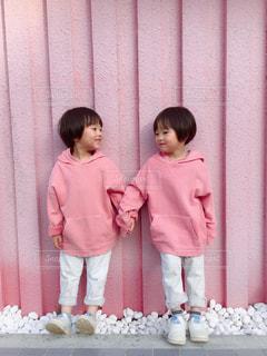 ピンクの壁とピンクの服の写真・画像素材[1093848]