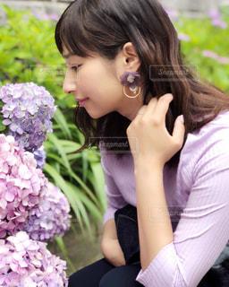 花の前に立っている女性の写真・画像素材[1243635]
