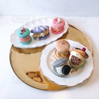 テーブルの上の食べ物の皿の写真・画像素材[2727039]