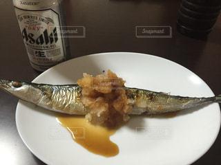 テーブルの上に食べ物のプレートの写真・画像素材[751876]