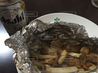 テーブルの上に食べ物のプレートの写真・画像素材[751881]