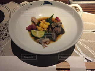 テーブルの上に食べ物のプレートの写真・画像素材[751904]