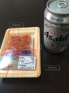 テーブルにソーダの缶の写真・画像素材[751922]