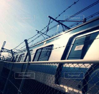 青空を切る青色電車の写真・画像素材[757687]