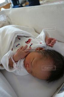 ベッドで眠っている赤ちゃんの写真・画像素材[1812582]