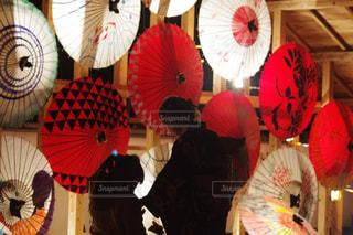 カラフルな傘を持っている人の写真・画像素材[1462678]