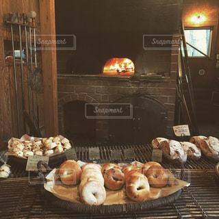 暖炉の横にあるテーブルの上に食べ物の写真・画像素材[753123]