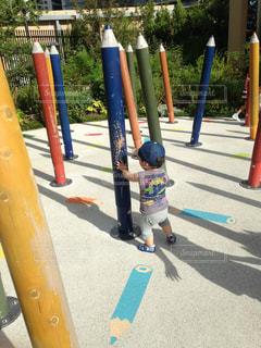 鉛筆オブジェで遊ぶ子ども - No.753563