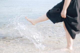 ビーチに立っている女性の写真・画像素材[755196]
