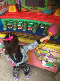 ワニに戦いを挑む女の子の写真・画像素材[807163]