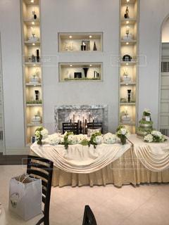 家具やテーブルの上の花瓶で満たされた部屋 - No.753835