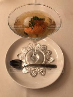 テーブルの上に食べ物のプレート - No.753842