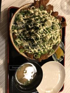 テーブルの上に食べ物のプレートの写真・画像素材[753883]